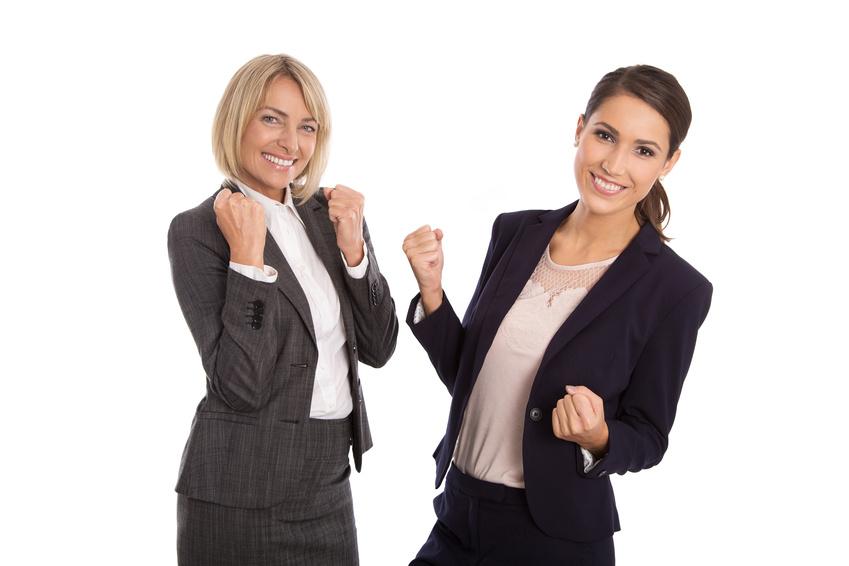 Lachende erfolgreiche Frauen freuen sich über ihren Erfolg